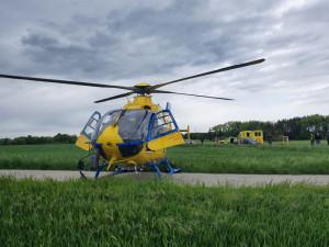 Mladý řidič u Slavonic čelně narazil do stromu. Ve vážném stavu ho do nemocnice transportoval vrtulník