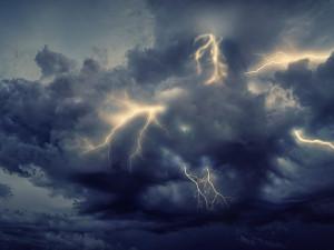 V sobotu zasáhnou jižní Čechy silné bouřky. Místy mají padat i kroupy