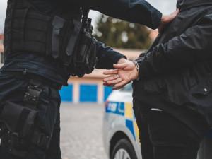 Senior s pistolí u pasu vyrazil na nákup, zaměstnal desítku policejních hlídek