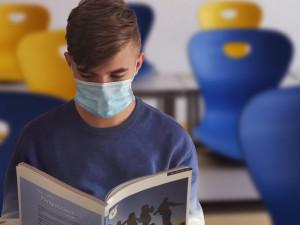 Uhlídat žáky s respirátory na jihu Čech bude podle ředitele gymnázia těžké