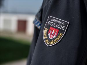 Alkohol a nůž v ruce. Konflikt dvou mužů na ubytovně v Budějcích zaměstnal strážníky