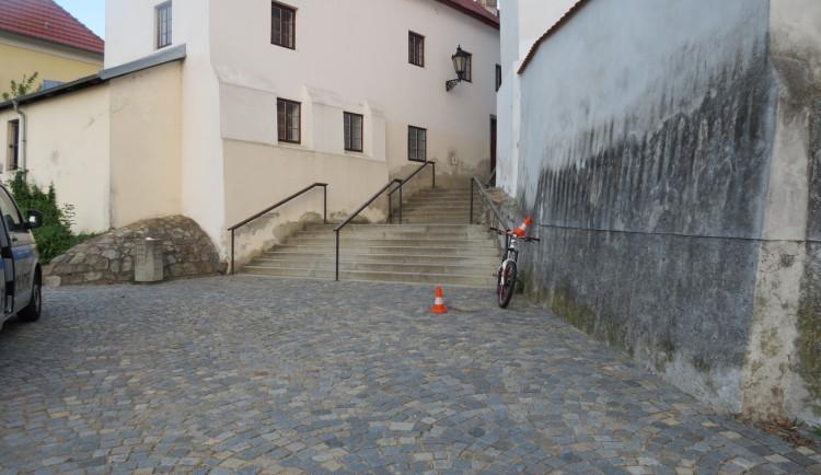 Opilý cyklista chtěl sjet schody, na kole se neudržel a po pádu skončil v nemocnici