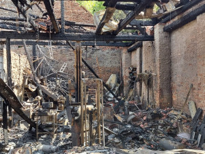 Požár za miliony způsobila závada při nabíjení dětského autíčka