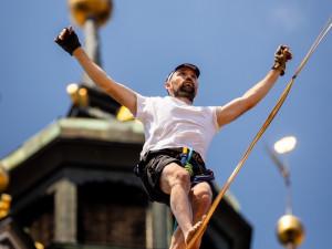 Nad centrem Krumlova chodili provazolezci v historických kostýmech
