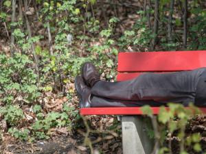 Opilý muž si ustlal na lavičce, ve spánku ho zloděj okradl o věci za 61 tisíc korun