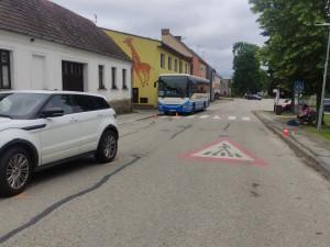 Žena při objíždění autobusu srazila na přechodu pro chodce staršího muže. Ten utrpěl vážná zranění
