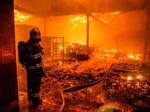 Po požáru haly na Prachaticku zůstala škoda pět milionů korun