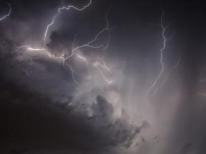 Velmi silné bouřky doprovázené krupobitím a vichrem dorazí do Česka v úterý večer od jihozápadu