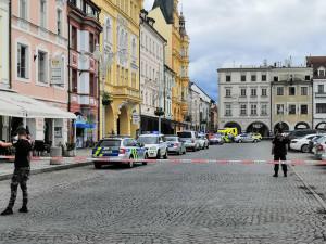Zásah policie v centru Budějc. Muž si vzal v obchodě rukojmí, policie ho po necelé hodině zadržela