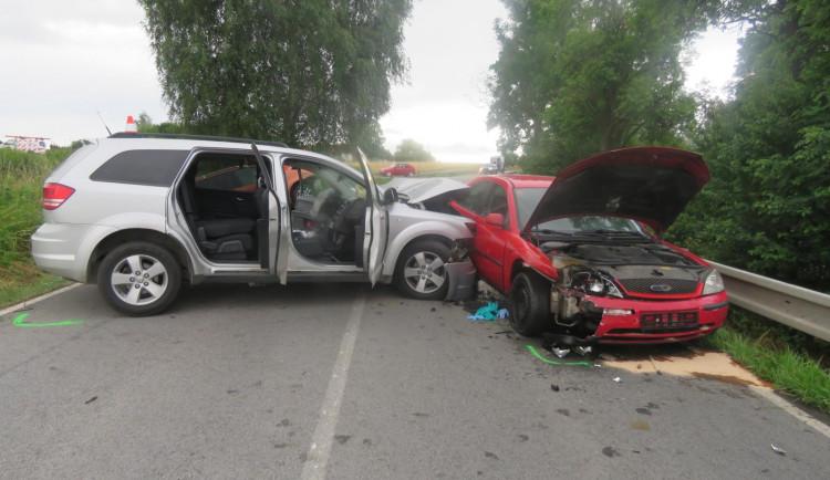 Při bouračce tří aut u Nové Vsi se vážně zranila žena. Vjela do protisměru