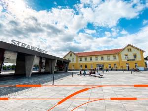 Výpravní budova ve Strakonicích slouží po rekonstrukci jako přestupní terminál