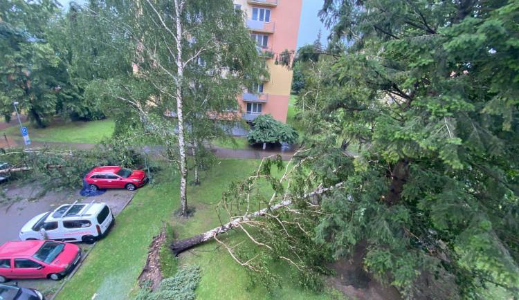 Přes Budějce se prohnala silná bouře. Výstraha meteorologů platí do zítřejšího rána