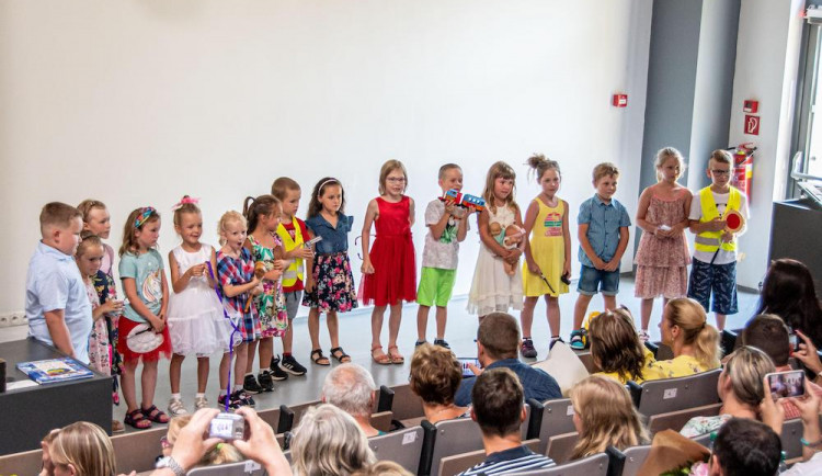 Děti z mateřské školy VŠTE se loučily v aule