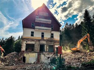 Bourání slavného šumavského hotelu RIXI šokovalo veřejnost, demolici nebylo možné nijak zabránit