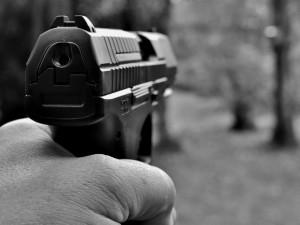 Opilý muž střílel na Vltavě plynovou pistolí, přihlížel mu sedmnáctiletý kamarád