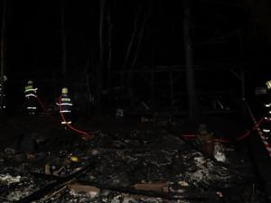 Požár v kempu Radava zaměstnal desítky hasičů. Jedenáct karavanů lehlo popelem