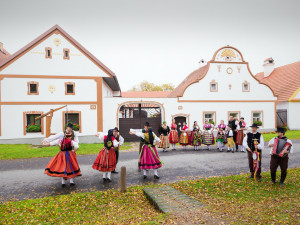 Na náves Holašovic se po 46 letech vrátila Prodaná nevěsta