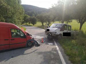 Při čelním střetu dvou dodávek se zranil řidič. Do nemocnice ho transportoval vrtulník