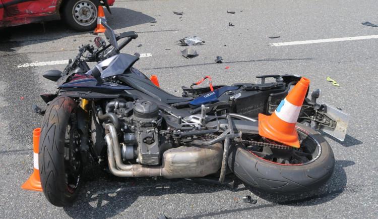Řidič nedal přednost motorkáři a srazil ho. Do nemocnice muže transportoval vrtulník