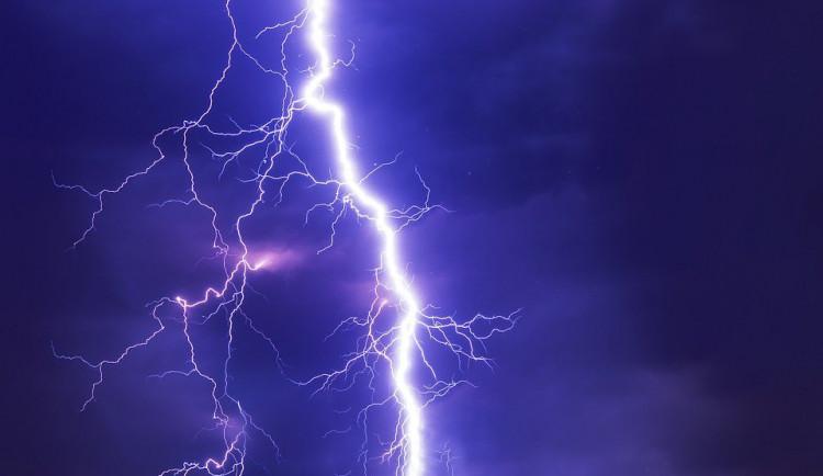 Česko zasáhnou o víkendu silné bouřky. Doprovázet je mohou kroupy a silný vítr