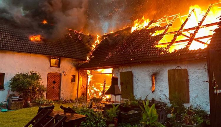 Při bouřce uhodil do stodoly ve Zvíkově blesk. Požár způsobil téměř milionovou škodu