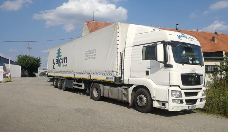 Z podvozku kamionu vyskákali tři cizinci. Migranty bezprostředně poté zadržela policie