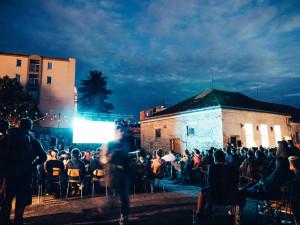 KULTURNÍ TIPY: Na náměstí zahraje Trio Traktůrek, v Žižkárně promítnou Noční můru zElmstreet