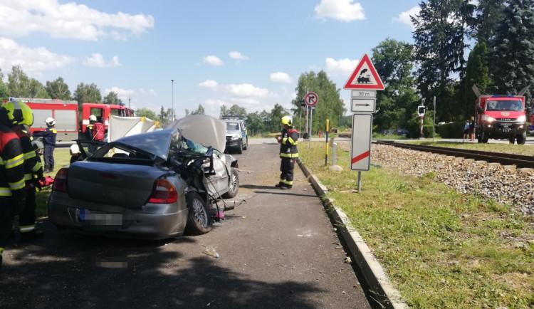 V Holubově se srazil vlak s autem. Dvě děti a řidič jsou zraněni