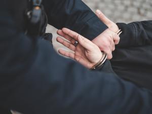 Recidivista z Českokrumlovska je obviněný z 12 vloupání. Soud ho poslal do vazby