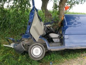 Další tragická nehoda na jihu Čech. Po nárazu auta do stromu zemřela žena, druhá je zraněná