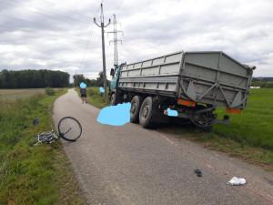 Starší cyklistka spadla pod zadní kola náklaďáku. Na místě zemřela