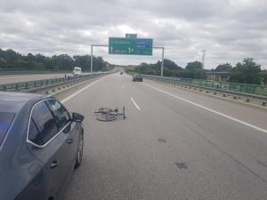 Řidiči upadlo na dálnici jízdní kolo z nosiče. Jen se štěstím nezpůsobilo žádnou nehodu