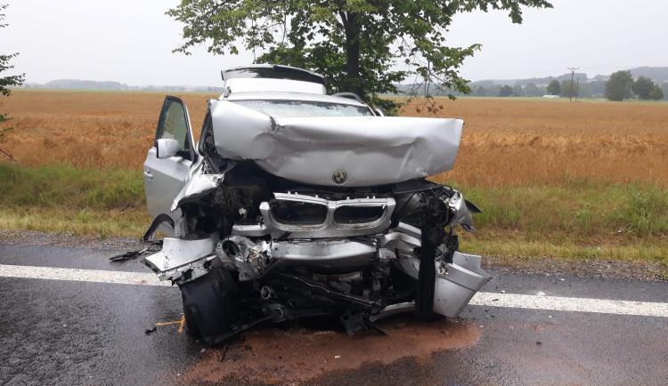 Na Písecku zemřela po čelním střetu dvou aut seniorka. Další čtyři lidi byli zraněni