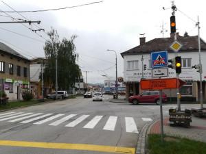 Začala uzavírka Dobrovodské ulice. Dopravu na objízdné trase řídí semafory