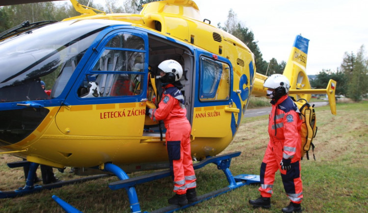 Další nehoda na železničním přejezdu. Těžce poraněnou ženu transportoval do nemocnice vrtulník
