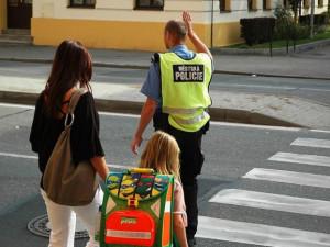 Na bezpečný návrat žáků do školních lavic dohlédnou strážníci i dobrovolníci