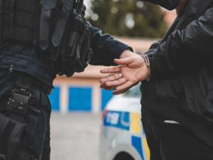 Tři cizinci nutili podle policie dívky z Rumunska k prostituci. Hrozí jim až 12 let vězení