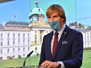 Zrušit nošení roušek bude podle ministra zdravotnictví možné při proočkovanosti 75 procent