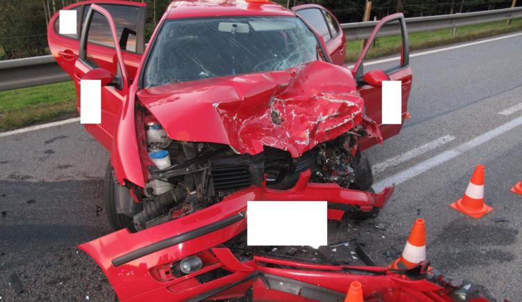 Mladík se střetl s autem v protisměru, když riskantně předjížděl kamion