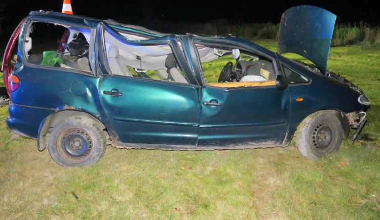 Nepřipoutaný muž se zákazem řízení vyjel ze silnice. Po nárazu do stromu zemřel