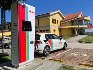 Nová energie na cesty přes hranice. Společnost E.ON otevřela na Dolním Dvořišti rychlodobíjecí stanici