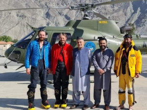 Dva čeští horolezci jsou zachráněni. Pákistánský vrtulník je ráno převezl do bezpečí