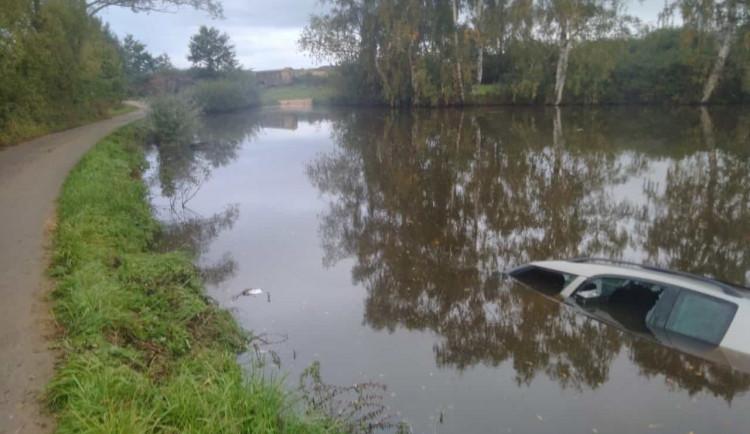 Řidič sjel do rybníka. Z auta, které se potápělo, ho vytáhli dva muži