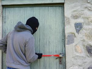 Zloděj vykradl dům rodině, když byla na dovolené. Odnesl si šperky i zbraň