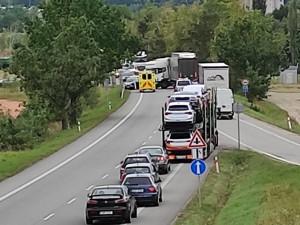 Hlavní tah na Krumlov uzavřela hromadná nehoda kamionu a několik osobních aut