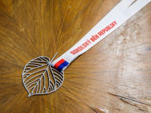 Krása a univerzalita v jednom. Účastníci Sokolského běhu republiky získají originální medaili navrženou Jakubem Flejšarem