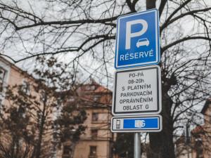 O parkovací oprávnění v nových zónách mohou lidé žádat od pondělí. Ostrý start přijde v novém roce