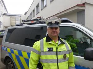 Policista zachránil život cestou z nákupu. Před jeho autem spadl muž z mopedu
