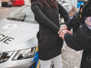 Žena se zákazem řízení seděla za volantem pod vlivem alkoholu a drog
