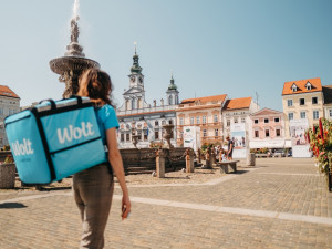 Wolt dnes začal rozvážet v Budějcích. První dva týdny uživatele potěší dopravou zdarma